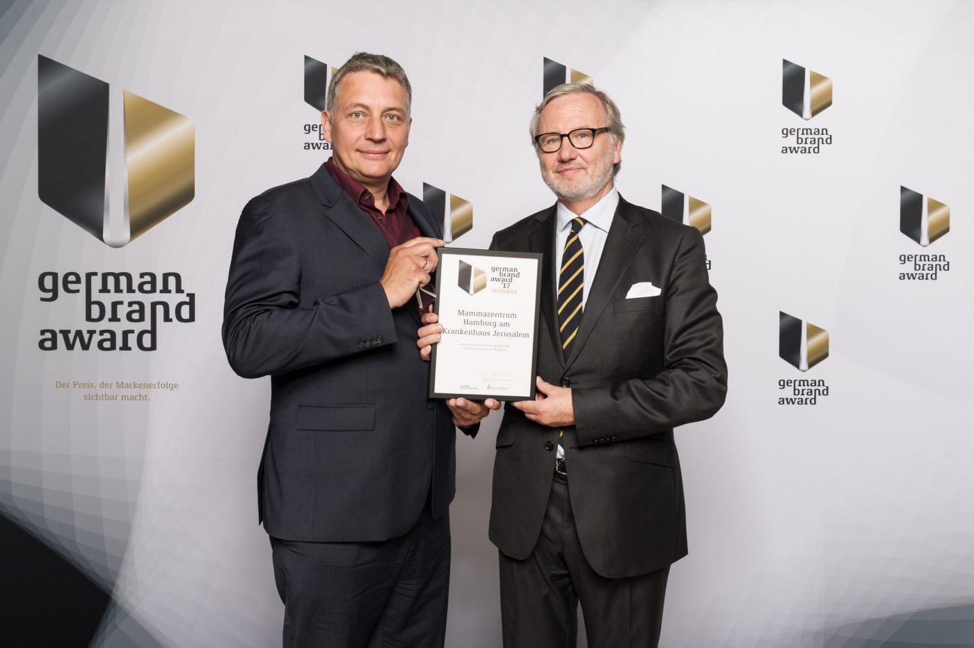 Dr. Timm C. Schlotfeldt und Designer Martin Zitzlaff bei der Überreichung des German Brand Award 2017 in Berlin